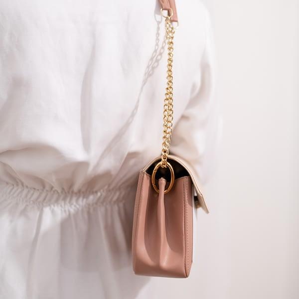 Alénore haute maroquinerie végétale est une marque de sacs et accessoires vegan, sans cuir, apple skin, fabriqués en France, éthique et éco-responsable